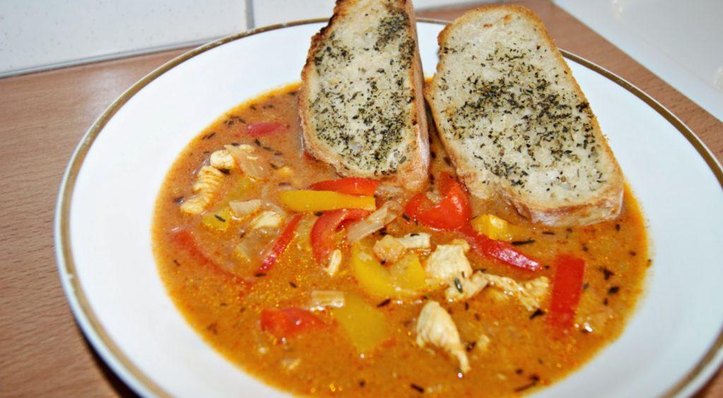 zup drobiowa z cebulą i papryką